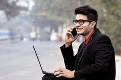 Modèle masculin indien dans des vêtements d'affaires images stock