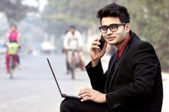 Modèle masculin indien dans des vêtements d'affaires image libre de droits