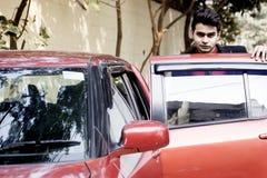 Modèle masculin indien dans des vêtements d'affaires image stock