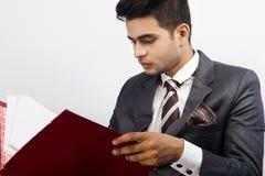 Modèle masculin indien dans le regard d'entreprise photos libres de droits