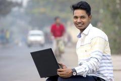 Modèle masculin indien dans le regard d'entreprise images stock