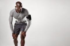 Modèle masculin musculaire avec le brassard et les écouteurs photo libre de droits