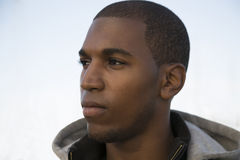 Modèle masculin noir utilisant un hoodie avec une expression sérieuse Images libres de droits