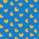 Modèle mignon avec les canards jaunes Photographie stock