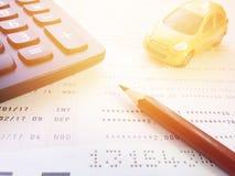 Modèle miniature de voiture, carnet de compte d'épargne de crayon, de calculatrice et d'épargnes ou relevé de compte financier su photos libres de droits