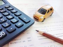 Modèle miniature de voiture, carnet de compte d'épargne de crayon, de calculatrice et d'épargnes ou relevé de compte financier su images stock