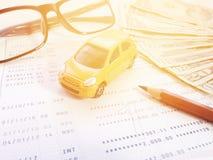 Modèle miniature de voiture, crayon, lunettes, carnet de compte d'épargne d'argent et d'épargnes ou relevé de compte financier su image libre de droits
