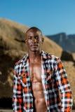 Modèle noir africain avec six paquets dans la chemise à carreaux déboutonnée Photographie stock