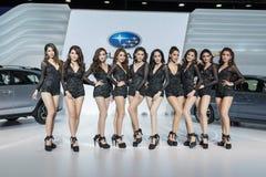 Modèle non identifié avec la voiture de Subaru à l'expo internationale 2015 de moteur de la Thaïlande Photographie stock libre de droits