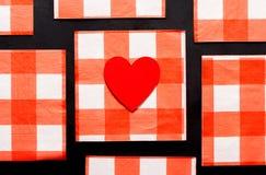 Modèle ou amour : Coeur sur le modèle à carreaux Photographie stock