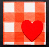 Modèle ou amour : Coeur sur le modèle à carreaux Image libre de droits