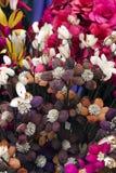 Modèle parmi le flowersl dans le vase photographie stock libre de droits