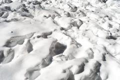Modèle piétiné de neige à la lumière du soleil d'hiver Image stock