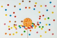 Modèle plat étendu par fond blanc de lucette de bonbons au chocolat Photos libres de droits