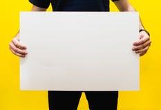 Modèle pour le texte ou conception sur un fond jaune Photo libre de droits