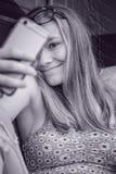 Modèle prenant un selfi de téléphone portable photo stock