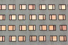 Modèle régulier de fenêtres sur la façade d'un bâtiment Photographie stock
