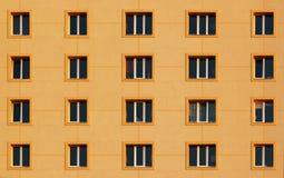 Modèle régulier des fenêtres dans le bâtiment résidentiel moderne Photos libres de droits
