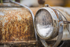 Modèle rouillé sur la vieille épave de voiture Images libres de droits
