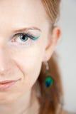 Modèle roux avec des earings de paon Photographie stock libre de droits