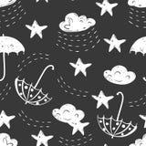Modèle sans couture à la main dessiné par sketh simple de ciel dans le style de bande dessinée avec le nuage, parapluie, pluie, é Photos libres de droits