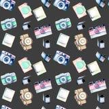 Modèle sans couture avec de rétros appareils-photo, instantanés et films d'aquarelle illustration de vecteur