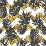 Modèle sans couture avec l'ananas sur le chevron d'or dans le vecteur Photos stock