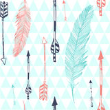 Modèle sans couture avec la plume et les flèches Photos libres de droits