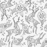 Modèle sans couture avec le vol courant de cerfs communs et le motif floral tirés par la main Image stock