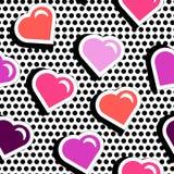 Modèle sans couture avec les coeurs colorés de forme d'insigne sur le fond pointillé noir Images stock