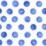 Modèle sans couture bleu de point de polka d'aquarelle peinte à la main sur le fond blanc Images libres de droits