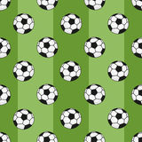 Modèle sans couture de ballons de football sur le fond vert avec la rayure Photographie stock
