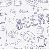 Modèle sans couture de bière tirée par la main Bière sans couture décorative de modèle dans le style d'encre de lineart Photos stock