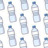Modèle sans couture de bouteilles d'eau colorées Images libres de droits