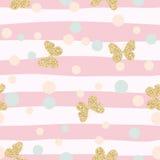 Modèle sans couture de confettis éclatants de papillons d'or sur le fond rayé rose