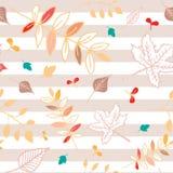Modèle sans couture de feuilles d'automne avec le fond rayé rose Photographie stock
