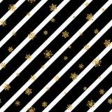 Modèle sans couture de flocon de neige d'or de Noël Les flocons de neige d'or sur la diagonale noire et blanche raye le fond Neig Photographie stock libre de droits