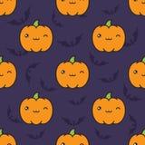 Modèle sans couture de Halloween avec cligner de l'oeil des potirons de style de kawaii sur le fond violet foncé avec des silhoue illustration libre de droits