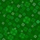 Modèle sans couture de quatrain de trèfle Festin irlandais de St Patrick Day Beaucoup de feuilles dispersées sur un fond vert Ill Images stock