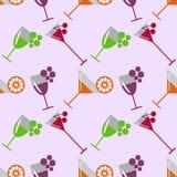 Modèle sans couture de vecteur avec les cocktails, le vin, les cerises, les oranges et le raisin sur le fond rose-clair illustration libre de droits