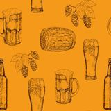 Modèle sans couture des verres de bière, des tasses, des bouteilles, de houblon en cônes et des feuilles, barils en bois Illustra illustration stock