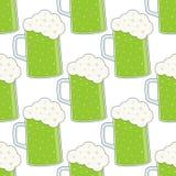 Modèle sans couture en verre vert de tasse de bière Photographie stock