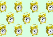 Modèle sans couture fait d'horloges analogues d'or dans le gree d'isolement photos libres de droits