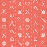 Modèle sans couture fait main avec les ciseaux, l'aiguille et le fil, dé, aiguilles de tricotage, une boule de fil, bobine et Image libre de droits