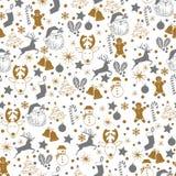 Modèle sans couture gris de Noël et d'or sur le fond blanc avec des cerfs communs, bonhomme de neige, sucrerie, chaussette, étoil photo stock