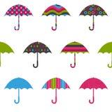 Modèle sans couture puéril coloré mignon de jolis parapluies sur le blanc illustration stock