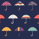 Modèle sans couture puéril coloré mignon de jolis parapluies sur le bleu illustration libre de droits