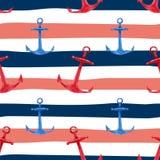 Modèle sans couture tiré par la main d'aquarelle avec les ancres bleues et rouges sur le fond rayé marin de rouge, blanc et bleu  Photos libres de droits