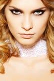 Modèle sensuel de femme avec le renivellement et le long cheveu bouclé image libre de droits