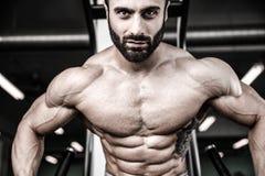 Modèle sexy caucasien de forme physique dans la fin de gymnase vers le haut de l'ABS photographie stock libre de droits